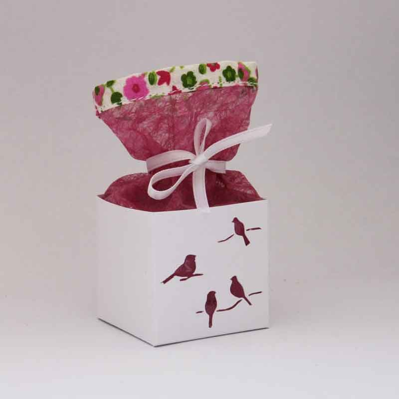 Boîte à dragées personnalisée en carton et tissu voile fleuri rose