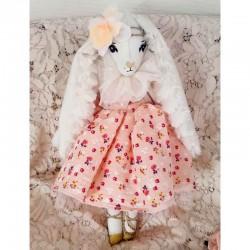 Poupée artisanale lapine à robe fleurie