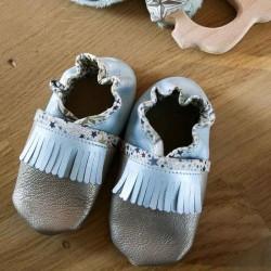 Chaussons bébé à franges avec coloris au choix taille naissance à 1 an