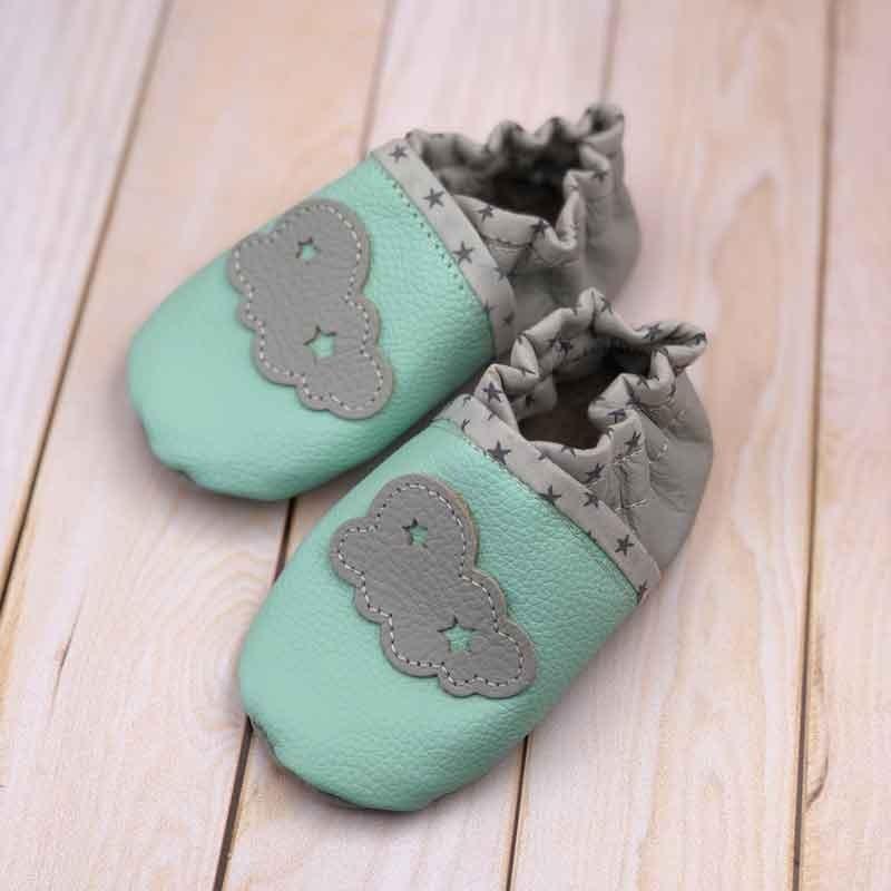 Chaussons bébé en cuir souple et liberty motif nuage personnalisés
