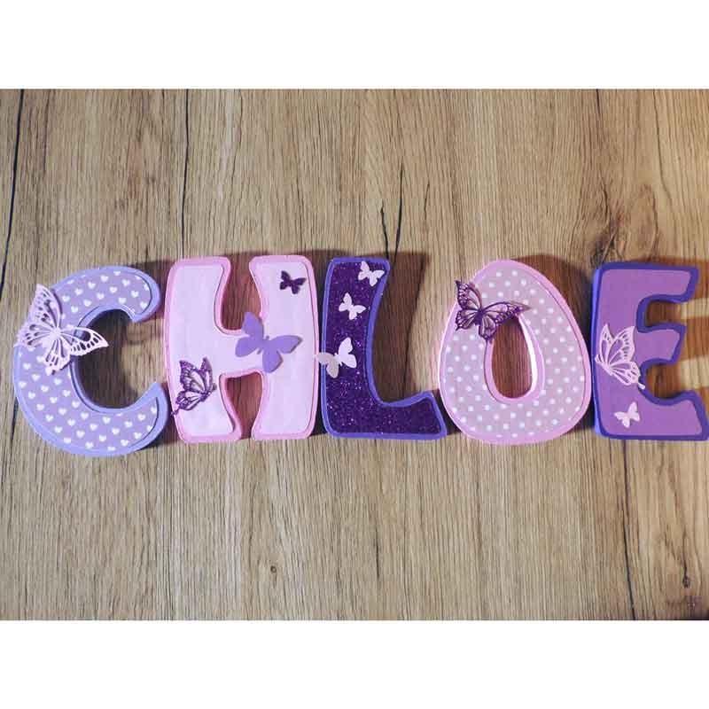 Lettres de porte au prénom de l'enfant violette avec papillons