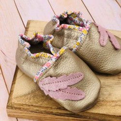 Chaussons bébé en cuir souple et liberty motif plumes