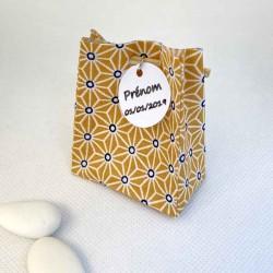 Sac à dragées origami refermé par une baguette en bambou personnalisable